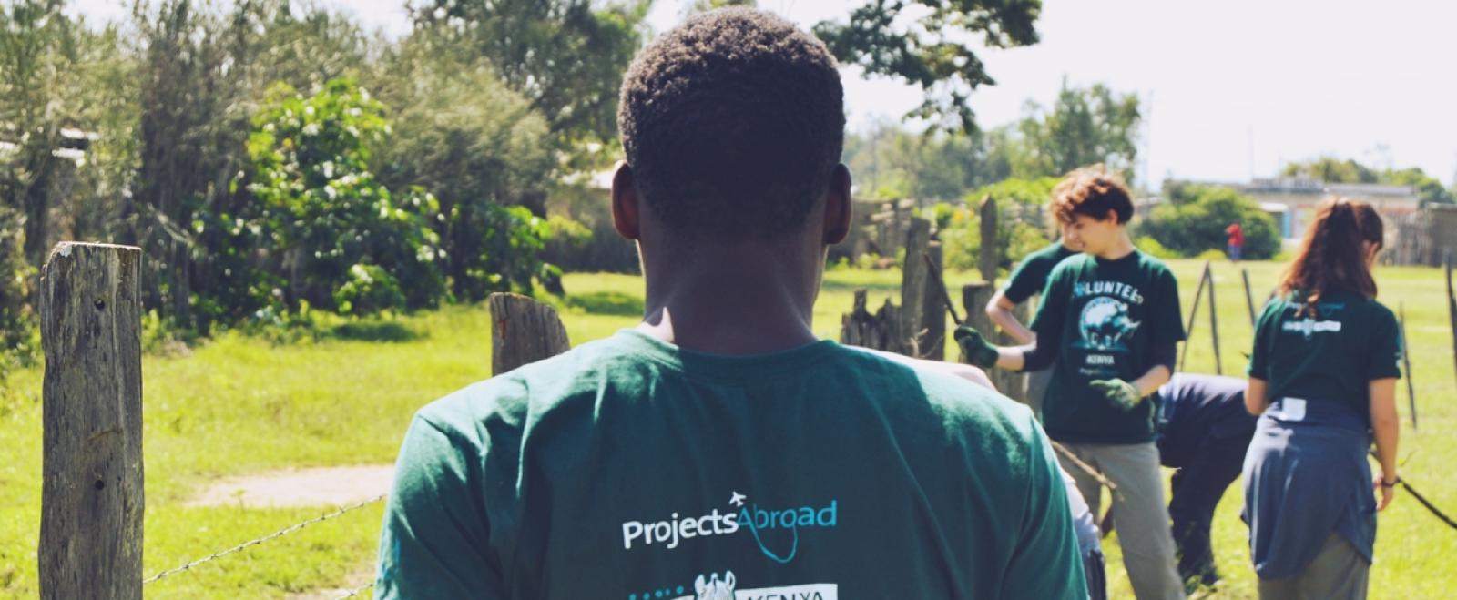 ケニアの大地で環境保護活動に取り組むプロジェクトアブロードのボランティアたち